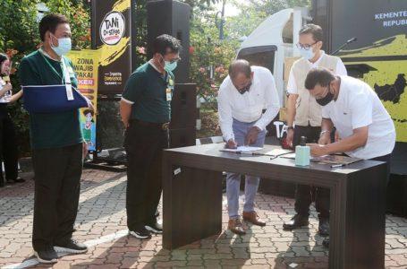 TANDA TANGAN: Penandatanganan nota kesepahaman antara Bayer Indonesia dengan Mercy Corps Indonesia, yang diwakili oleh Direktur Bayer Indonesia, Mohan Babu (tengah) dan Presiden Direktur Bayer Indonesia, Angel Michael Evangelista (kanan), serta Direktur Eksekutif Mercy Corps Indonesia, Ade Soekadis (dua dari kanan).
