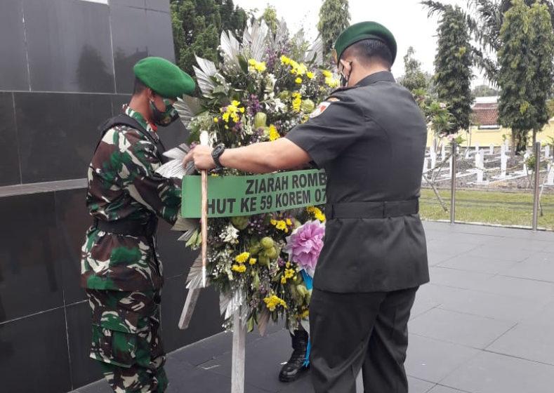 ZIARAH : peletakan karangan bunga di TMP Tanjung Nirwana, Purwokerto saat ziarah ke makam pahlawan dalam rangka HUT Ke-59 Korem 071/Wijayakusuma.
