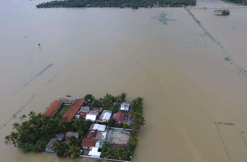 BANJIR: Foto udara penampakan banjir yang terjadi di Desa Sirau Kecamatan Kemranjen Banyumas, Kamis (29/10). (istimewa)