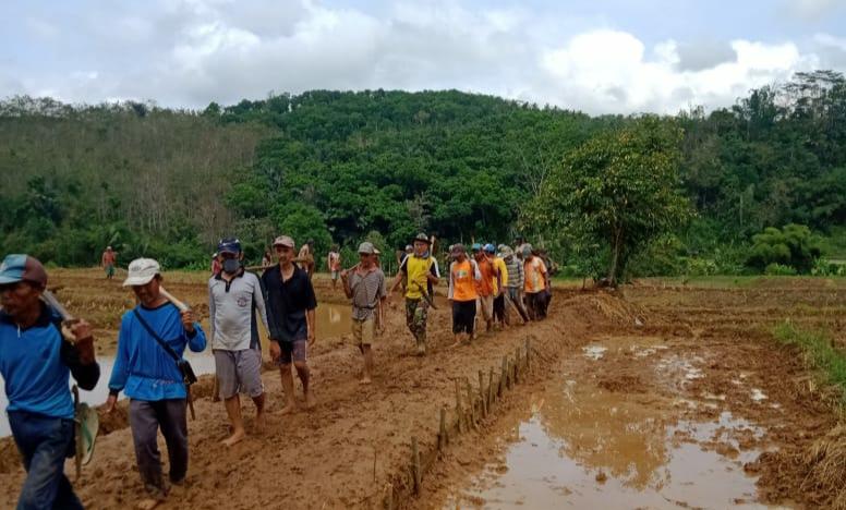 Warga Cikadu Desa Bingkeng Bangun Jalan