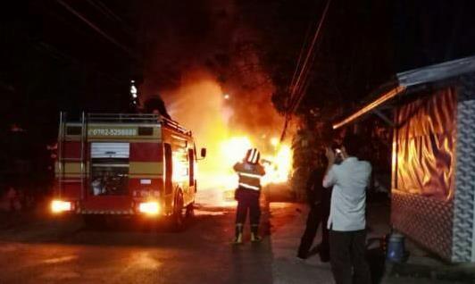 Hendak Ganti Ban, Mikro Bus Habis Terbakar