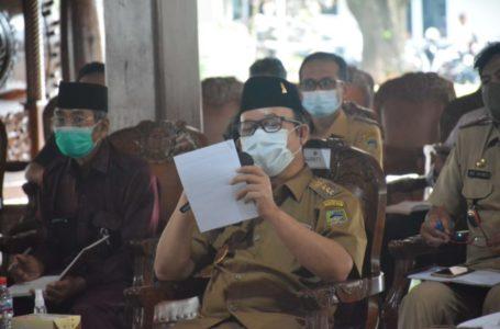 SOSIALISASI : Bupati Banyumas, Ir Achmad Husein memberikan sosialisasi tentang pemekaran kepada Kades, BPD, camat di Pendopo Sipanji, Senin (19/10)