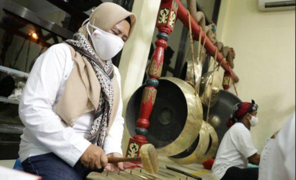 Pekerja Pertamina RU IV Cilacap yang tergabung dalam Bapor cabang Seni Gamelan 'Laras Patra' tengah memainkan gamelan. (Istimewa)