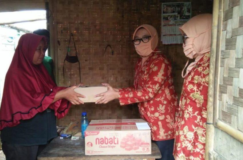 DWP Purbalingga menyerahkan bantuan sembako kepada warga Desa Muntang, Kecamatan Kemangkon, beberapa waktu lalu.