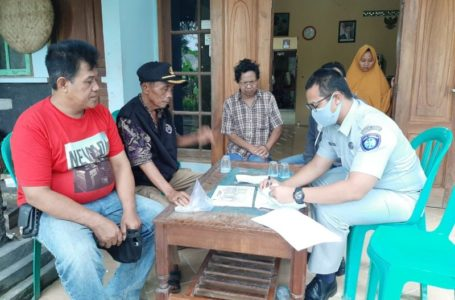 Listman Andwi Angkawidjaya selaku Kepala Kantor Pelayanan Jasa Raharja Wangon saat mendatangi keluarga korban.