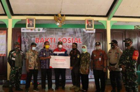 Penyerahan bantuan secara simbolis kepada korban banjir di Desa Tarisi, Kecamatan Wanareja. (Istimewa)