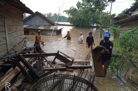Korban banjir dievakuasi oleh TNI dibantu warga