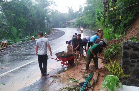 Tebing Longsor Tutup Jalan, Dayeuhluhur-Mergo