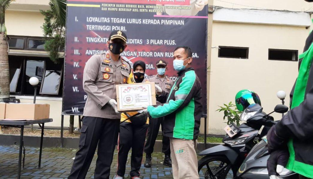 Caption: BANTUAN: Kapolres Banjarnegara AKBP Fahmi Arifrianto SH SIK MH MSi menyalurkan bantuan untuk warga terdampak Covid 19, melalui jasa ojek online untuk mengurangi kerumunan di saat pandemi.