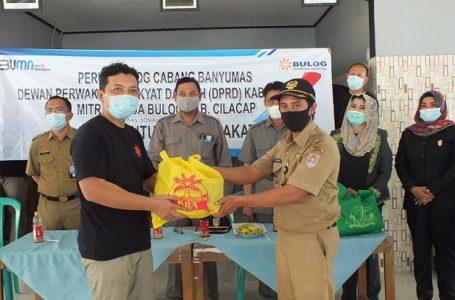Komisi D DPRD dan Mitra Bulog Serahkan Bantuan