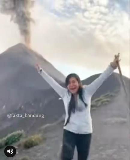 Lihat Gunung Raung Meletus dari Dekat, Wanita Ini Loncat Kegirangan