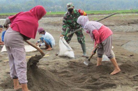 Penuhi Material, Satgas TMMD dan Warga Cari Pasir Bersama di Pangedegan