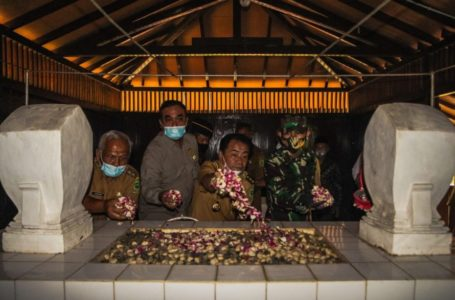 Bupati Nyekar ke Makam Bupati Terdahulu