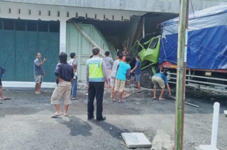 Truk Tronton Tabrak Kios di Kaligondang Purbalingga