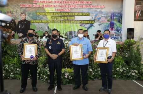 Pertamina RU IV Cilacap Terima Penghargaan Bupati