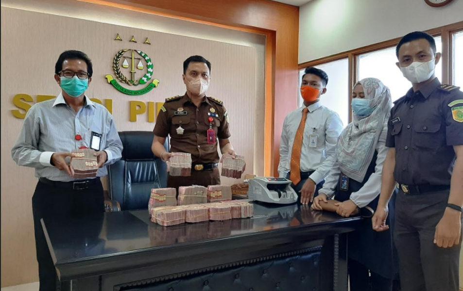 Kasi Pidsus Kejari Cilacap bersama penasehat hukum Probo Yulastoro menunjukan uang angsuran pidana pengganti sebesar Rp 1 miliar. (Wagino)