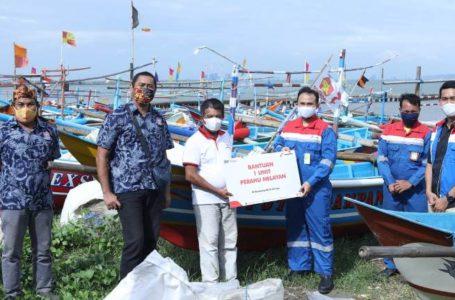 Peduli Nelayan, Kilang Pertamina Cilacap Serahkan 1 Unit Perahu Fiber