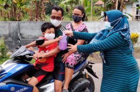 KarangTaruna Desa Panulisan Bagi-bagi Takjil