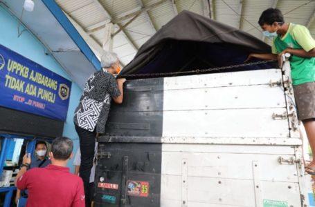Cek Posko Ajibarang, Ganjar Panjat Truk Pastikan Tak Ada Penumpang