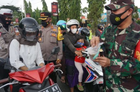 TNI-Polri di Purbalingga Bagikan 1000 Takjil dan Masker