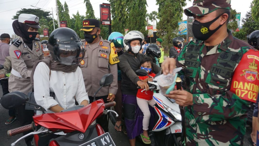 TNI polri bagi takjil