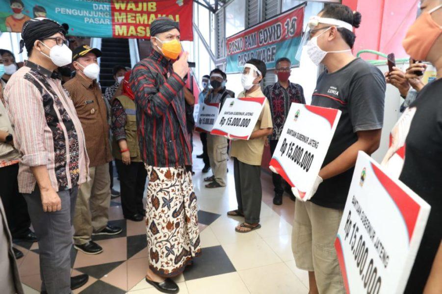 Ganjar Serahkan Bantuan Modal untuk Pedagang Pasar Wage