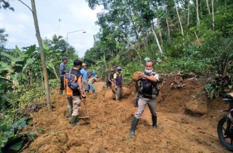 Tebing Jalan di Desa Tambaksari Longsor