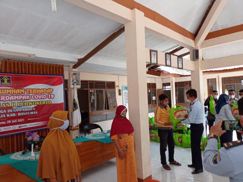 Kepala Bapas Kelas II Purwokerto Edy Suwarno menyerahkan Paket Sembako Kepada Warga pamijen
